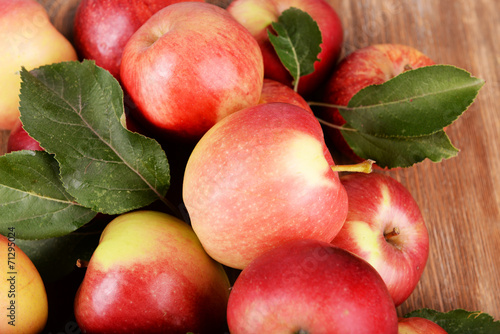Tuinposter Bier / Cider Ripe red apples on wooden background