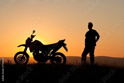 motocyklista-o-zachodzie-slonca