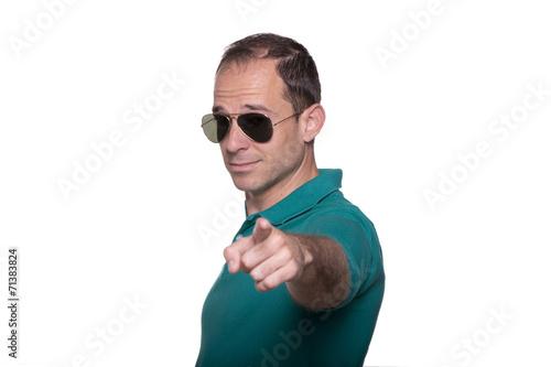 Fotografering  Hombre con gafas de sol señalando de frente