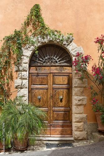 stary-drzwi-w-tuscany-miasteczku-wlochy