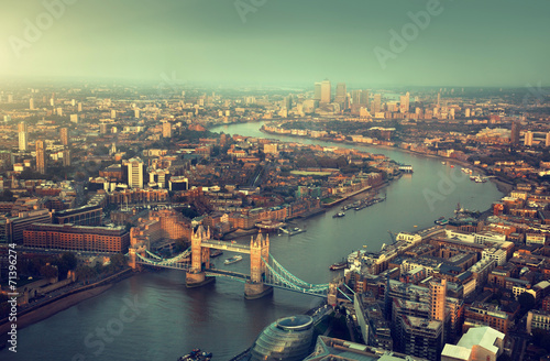 Poster Londres London aerial view with Tower Bridge in sunset time