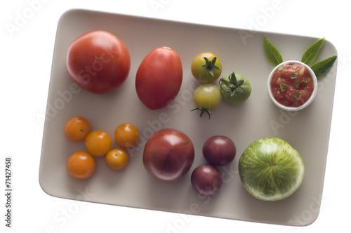 Fotografía  Verschiedene Tomaten und Tomatensauce auf Teller
