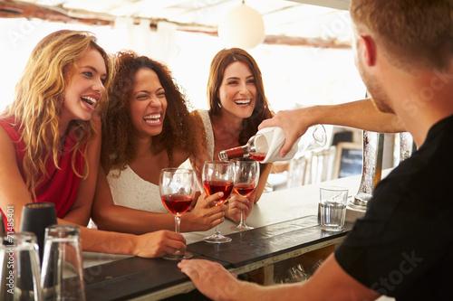 Fotografía  Tres amigos femeninos que disfrutan de la bebida en el bar al aire libre