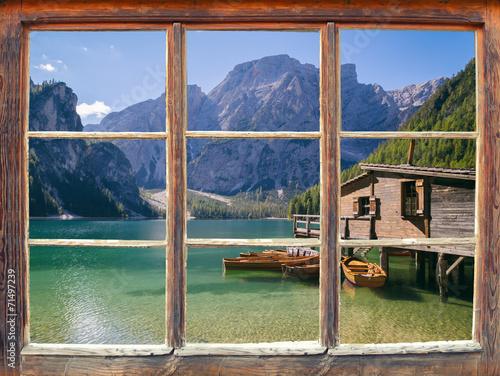 Fototapeta Widok z okna na jezioro i góry ścienna