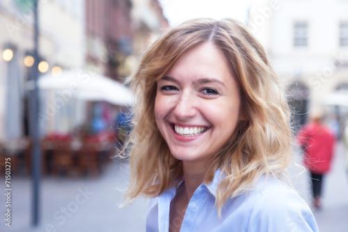 Fotografie, Obraz  Frau mit blonden Locken in der Stadt hat Spass