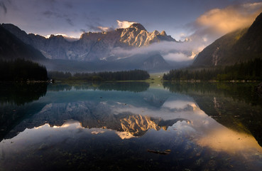 fototapeta Jezioro alpejskie we mgle
