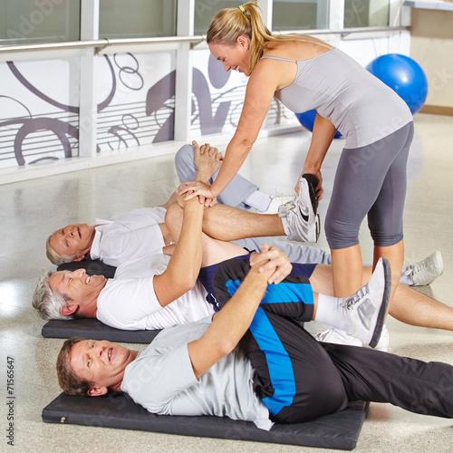 Deurstickers Akt Senioren turnen im Kurs im Fitnesscenter