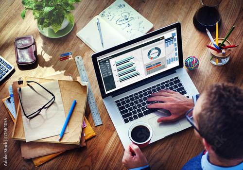 Fotografía  Análisis hombre de negocios de contabilidad en la computadora portátil