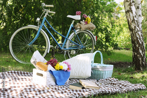 Poster Fiets Old bicycle and picnic snack
