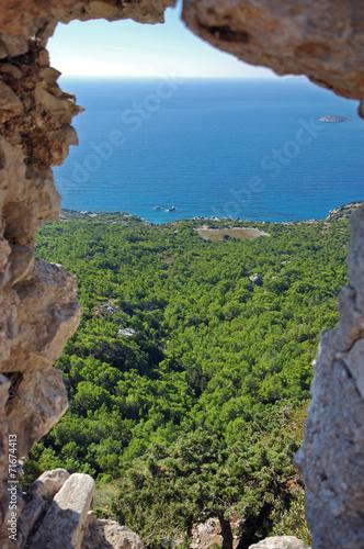 widok-na-morze-przez-kaminne-okno
