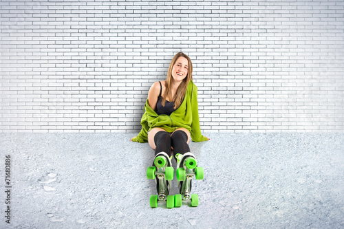 Stampa su Tela Blonde girl with rollerblade over textured background