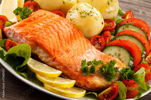 Grilled salmon and vegetables - 71681457