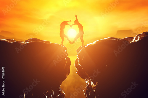 Photo Happy couple in love making heart shape over precipice