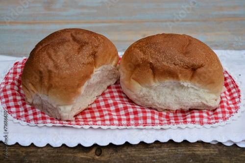 Wall Murals Bakery Witte bolletjes brood met aardbeien