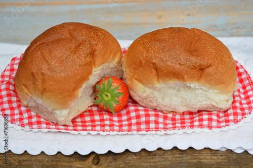 Photo Stands Bakery Witte bolletjes brood met aardbeien