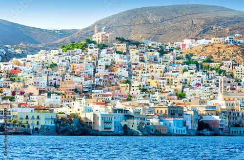 grecka-wyspa-z-kolorowymi-domami-i-jachtami