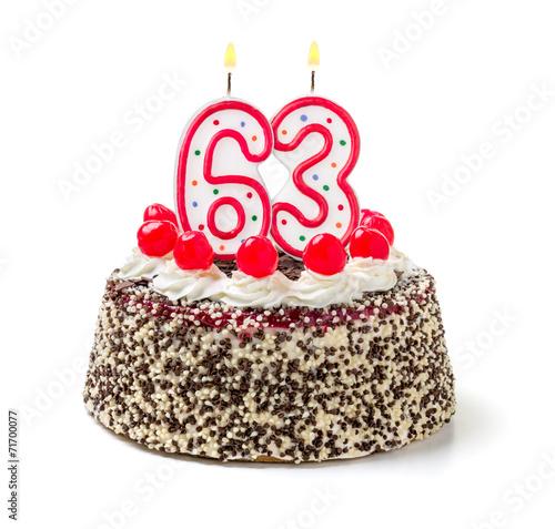 Fotografia  Geburtstagstorte mit brennender Kerze Nummer 63
