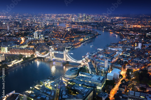 Cadres-photo bureau London London at night with urban architectures and Tower Bridge