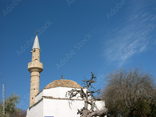 Fényképezés  Moschee mit Minarett vor blauem Himmel in Alacati bei Izmir