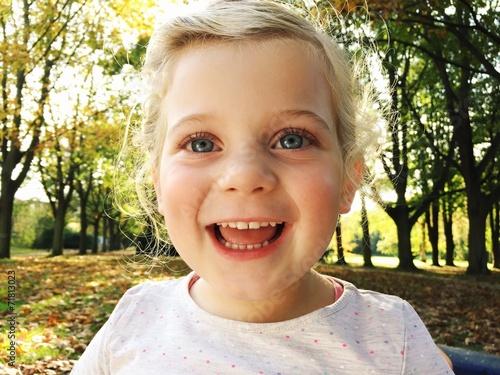 Fotografie, Obraz  Mädchen lacht glücklich