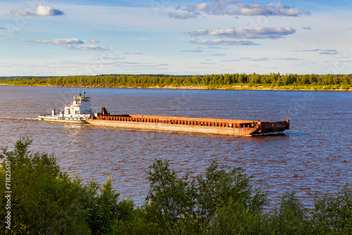 Fotografia  barge on river