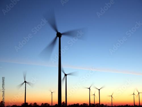 Fotobehang Molens Windräder in der Abendsonne