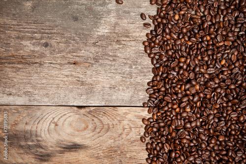 kawowe-fasole-na-drewno-stole