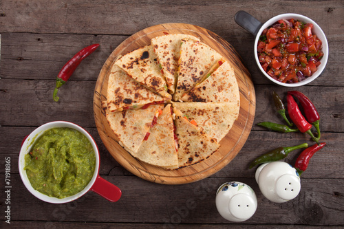 Quesadillas with guacamole and salsa dip Fototapet