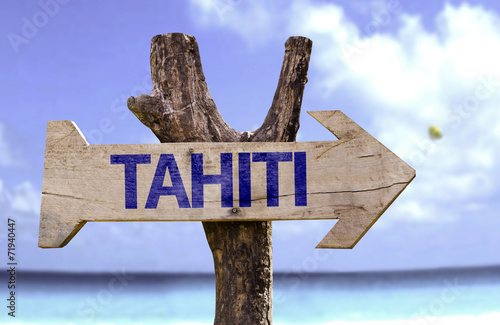 Fotografia Tahiti wooden sign with a beach on background