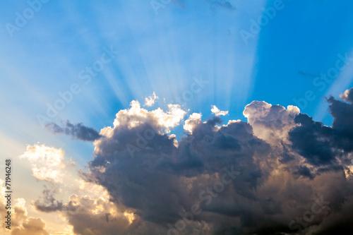 chmury-na-niebieskim-niebie-i-promienie-sloneczne
