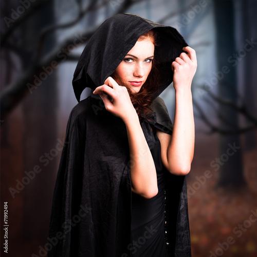 Fotografía  junge Hexe im Wald