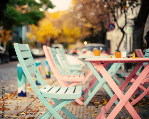 Deurstickers Fiets Pink and turquoise vintage outdoors cafe tables
