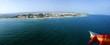 Paragliding über dem Meer mit Blick auf eine Stadt