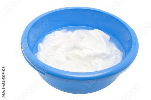 Fotografija eingeweichte Wäsche in einer Plastikschüssel