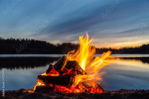 Fotografia Bonfire on the beach sand