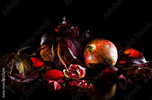 Fotografie, Obraz  composizione melagrana con foglie rosse autunnali