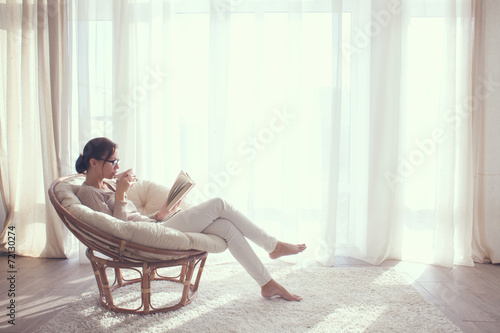 Cadres-photo bureau Detente Woman relaxing in chair