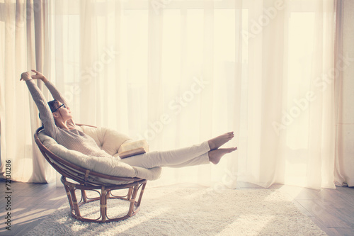 Poster de jardin Detente Woman relaxing in chair