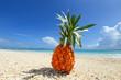 新鮮なパイナップルと美しい砂浜