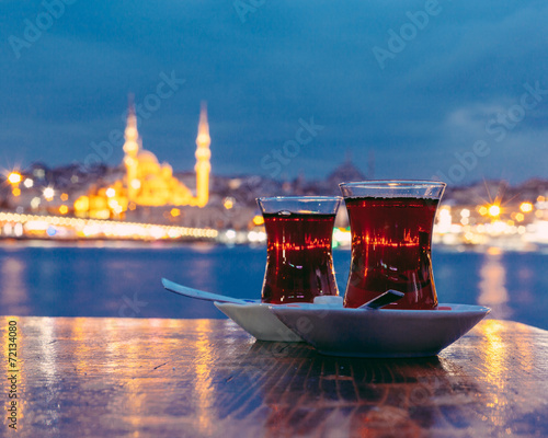 Poster Turquie Typical Turkish Tea with Istanbul City on Background