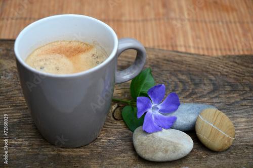 Fototapeten Natur Koffie met drie zen stenen op bruin oud houd met paarse bloem