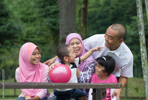 Fotografía  Happy Malay Asian Family enjoying family time together in the pa