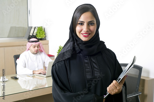 Photo  Arabian Businesswoman with her boss on Background