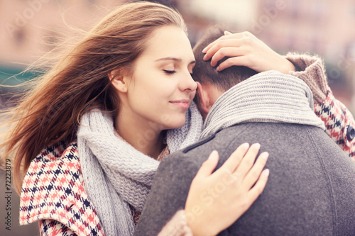 Photo  Woman hugging a man