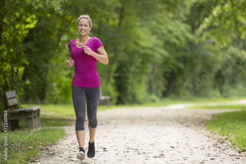 Láminas  Happy relaxed woman jogging through a park