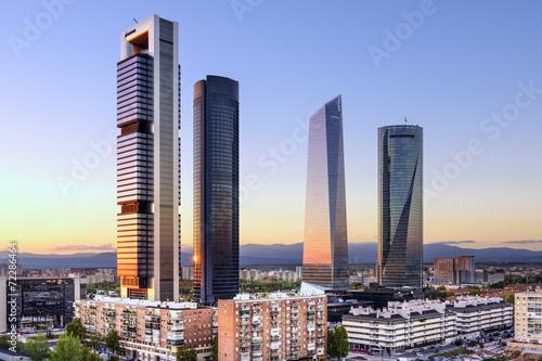 Fototapeta premium Madryt, Hiszpania, dzielnica finansowa przy Cuatro Torres