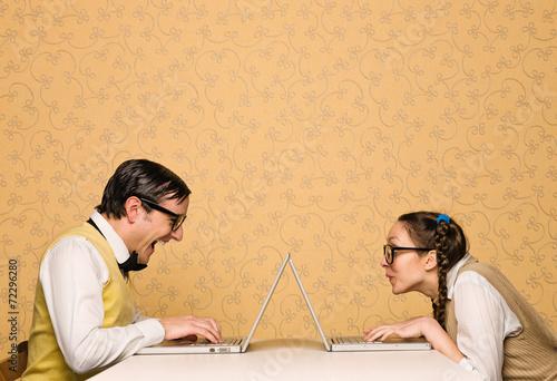 mlodzi-nerdzi-siedza-przy-biurku