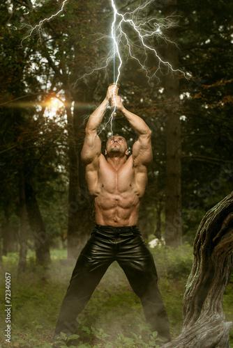 Foto  Blitzschläge auf Mannes Schwert