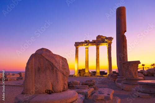fototapeta na szkło Stare ruiny w Side, Turcja na zachodzie słońca