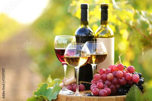Fototapety, obrazy: Tasty wine on wooden barrel on grape plantation background